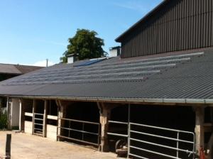 Pose de la structure aluminium, image montrant clairement la correction de planéité de la toiture.