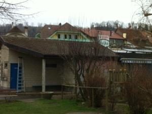 La Cambuse et sa forme de toiture particulière avant les travaux.