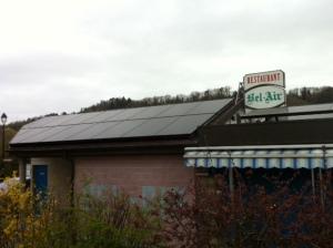 Installation terminée sur la toiture spéciale de la Cambuse et son toit plat.