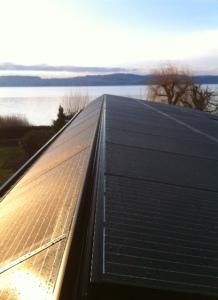 """Splendide vue du faîte de la toiture de l'annexe """"épousé"""" de modules."""