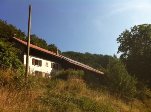 """Vue Sud de cette magnifique demeure avec l'installation PV """"presque dans"""" la toiture..."""