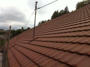 La grande toiture fraîchement tuilée avant notre intervention.