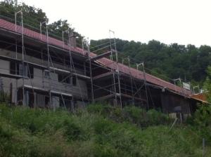 L'habitation en cours de rénovation avec les échafaudages, vue Sud.